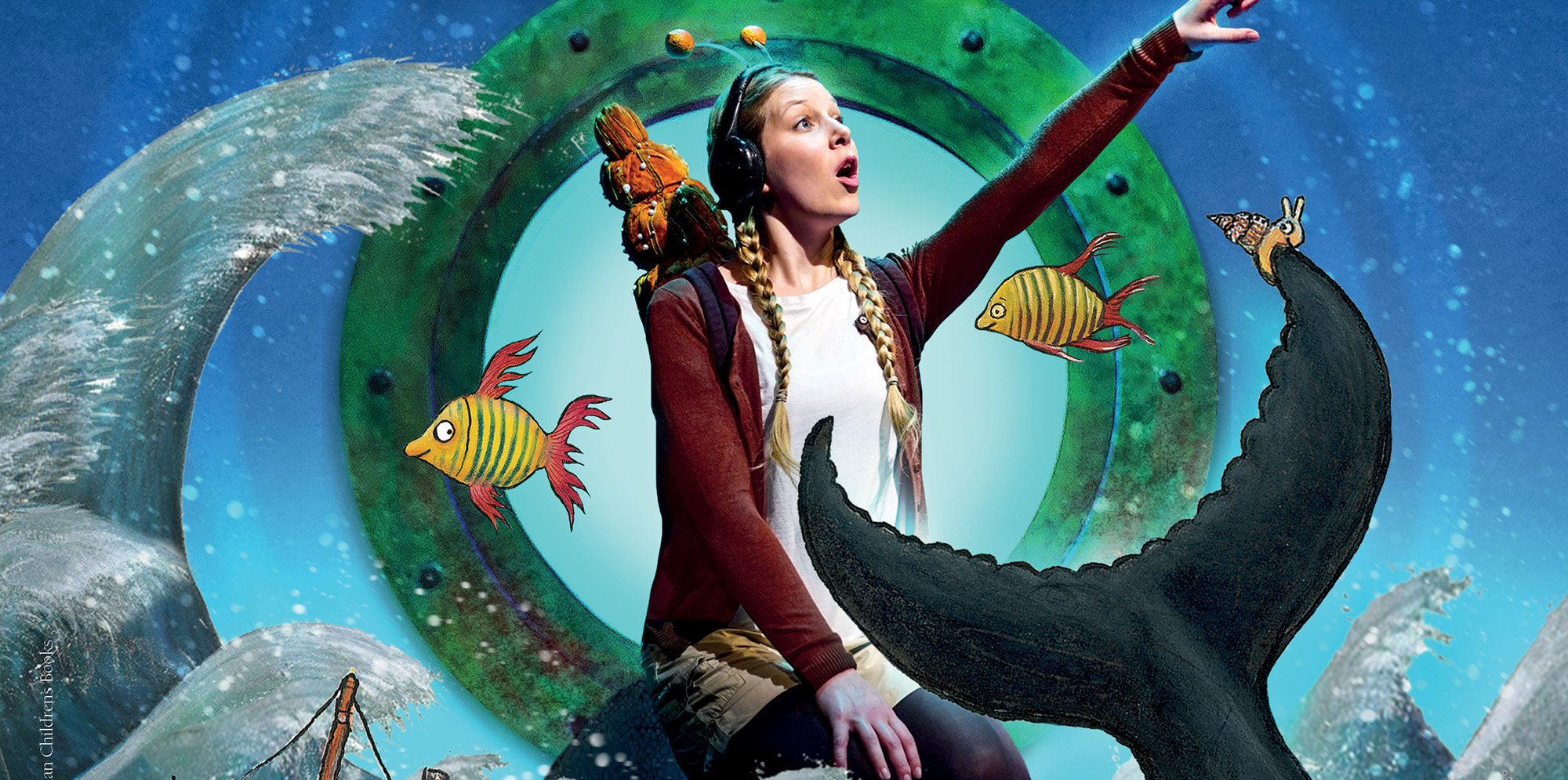 A female performer sits on a green iron porthole. She points to the right of the screen, she wears headphones and a headband with two balls attached by springs. Around her are illustrations of a whale's tail on which sits a snail, fishes and waves.